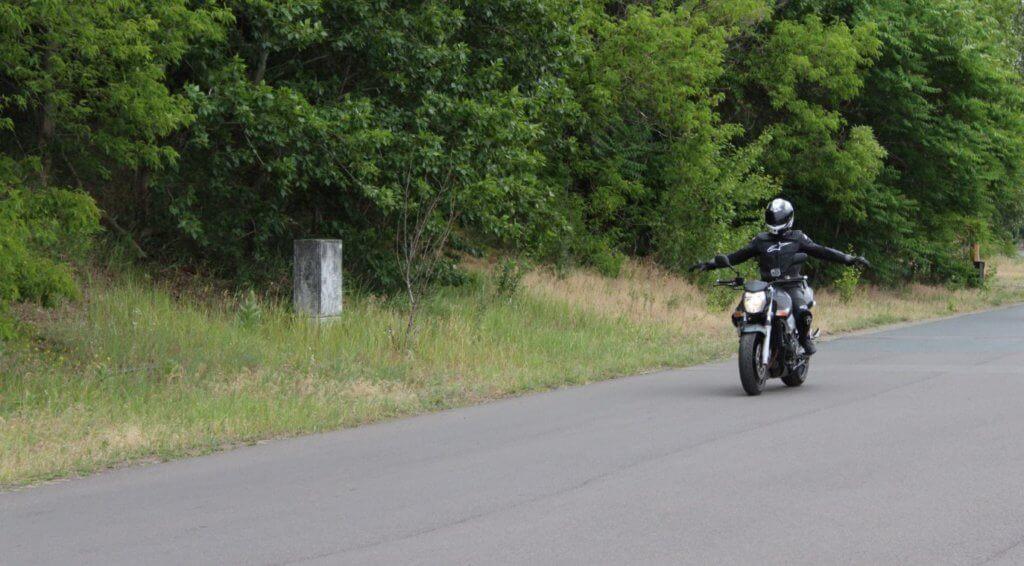 Motorradfahrer fährt sich bei dem ADAC Motorrad-Basis-Sicherheitstraining ein