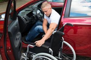 Fahrer mit behindertengerecht umgebauten Kfz