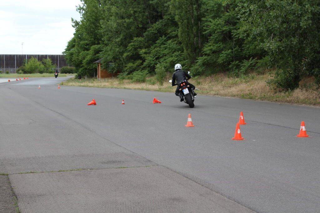 Motorradfahrer bei dem ADAC Motorrad-Basis-Sicherheitstraining Übung Hindernisfahrt