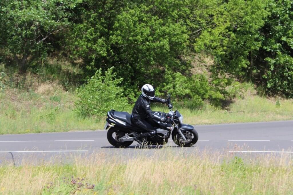 Motorradfahrer bei dem ADAC Motorrad-Basis-Sicherheitstraining Übung Kurvenfahrt