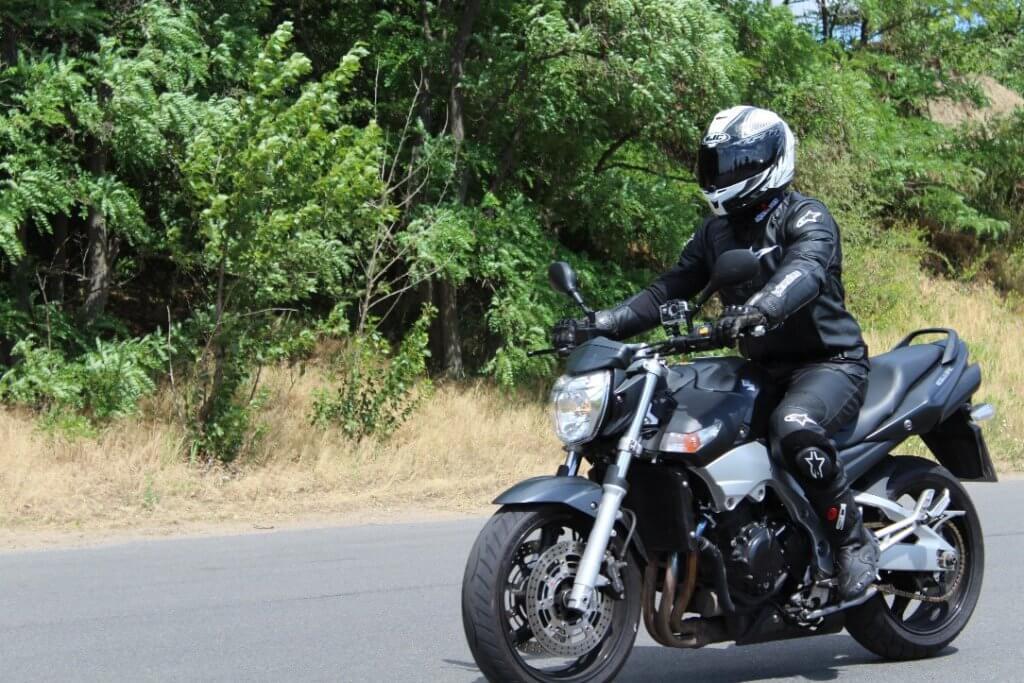 Motorradfahrer bei dem ADAC Motorrad-Basis-Sicherheitstraining Übung Schrittgeschwindigkeit