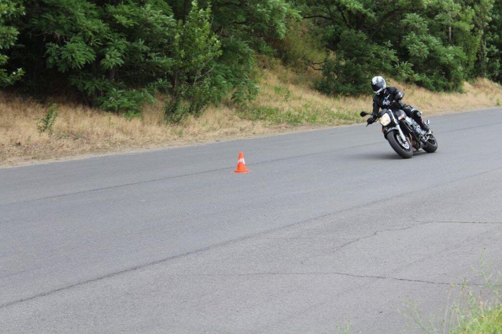 Motorradfahrer bei dem ADAC Motorrad-Basis-Sicherheitstraining Übung Slalomfahrt