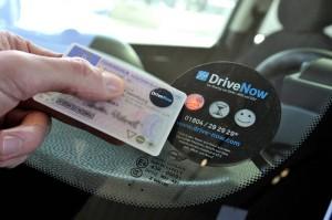 Drivenow Lesegerät und Führerschein zur Öffnung des Fahrzeuges